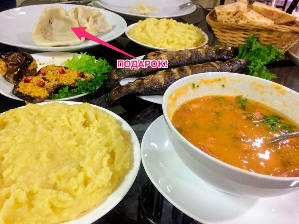 Еда в Грузии: пюре, суп, баклажаны с орехами, форель на гриле, хинкали