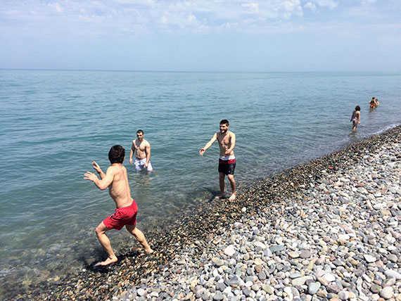 Молодые грузины на море