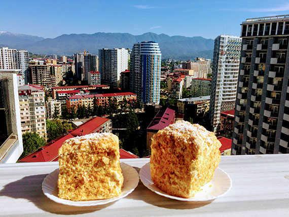 Торт Наполеон с видом на горы в Батуми