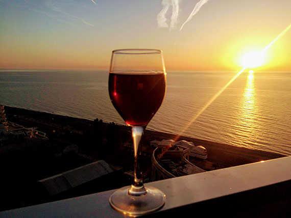 Вино на балконе в Батуми с видом на море