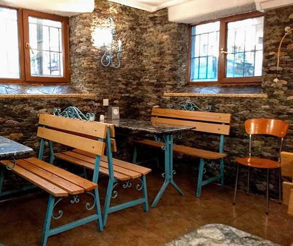 столики и скамейки в кафе Лагуна в Батуми