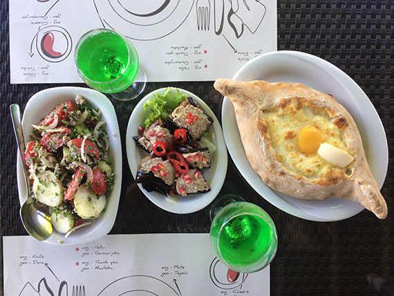 грузинский салат с помидорами, огурцами и орехами, лимонад тархун, баклажаны и хачапури