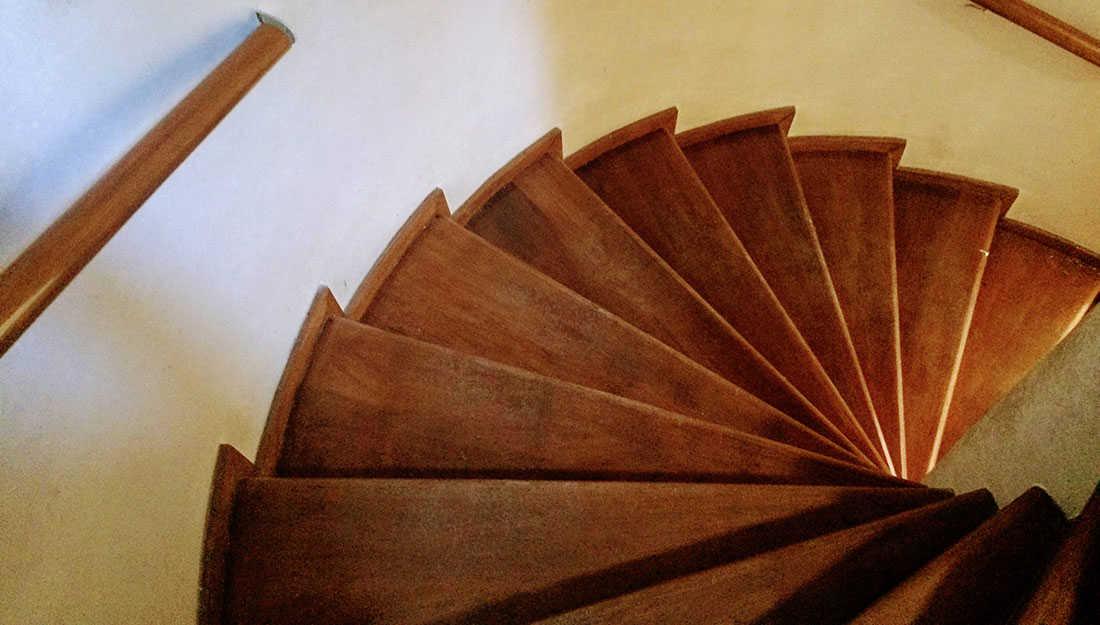 деревянная винтовая лестница в музее нобеля