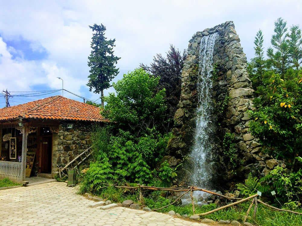 водопад на территории этнографического музея борджгало
