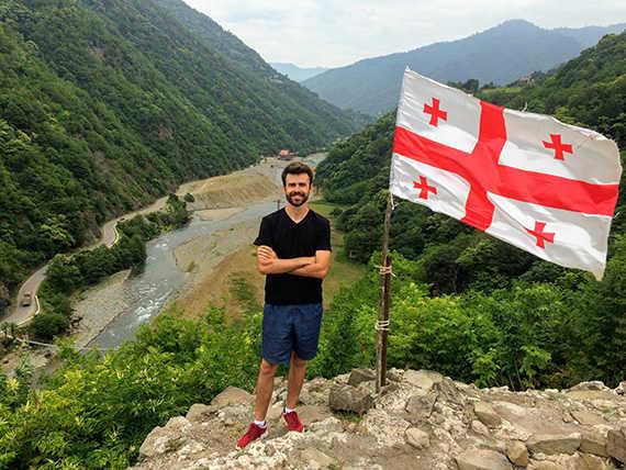 на экскурсии мачахела с грузинским флагом