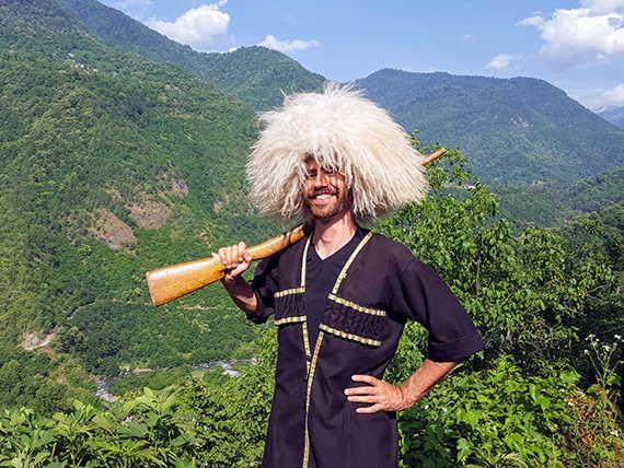 национальный грузинский костюм на фоне гор
