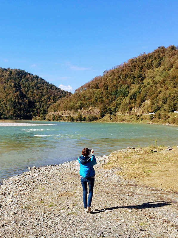 девушка одна в Грузии в горах на реке