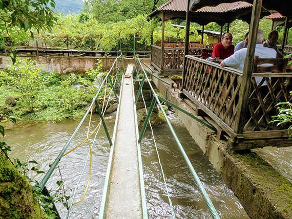 обед на реке в грузии